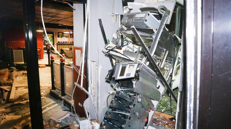 Schwer beschädigter Geldautomat in Düsseldorf: LKA will Gespräche mit Bankvertretern