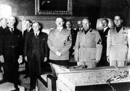 Hitler (Mitte), Mussolini (rechts daneben): Im Schulbuch ein Loblied auf die Diktatoren