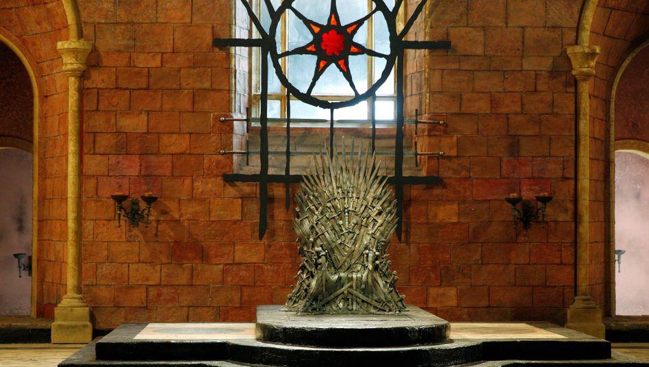 Begehrter Sitzplatz: Der Eiserne Thron in einer Kulisse in Belfast