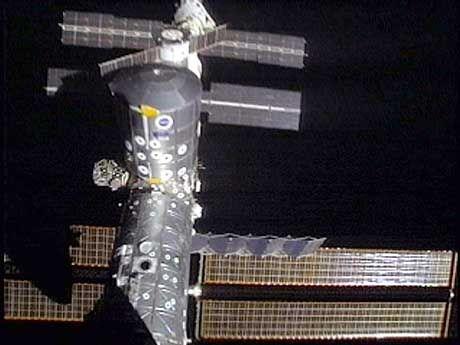 """Das Leonardo-Modul (mit gelben Markierungen an der Außenseite) und Teile der ISS von der """"Discovery"""" aus gesehen"""