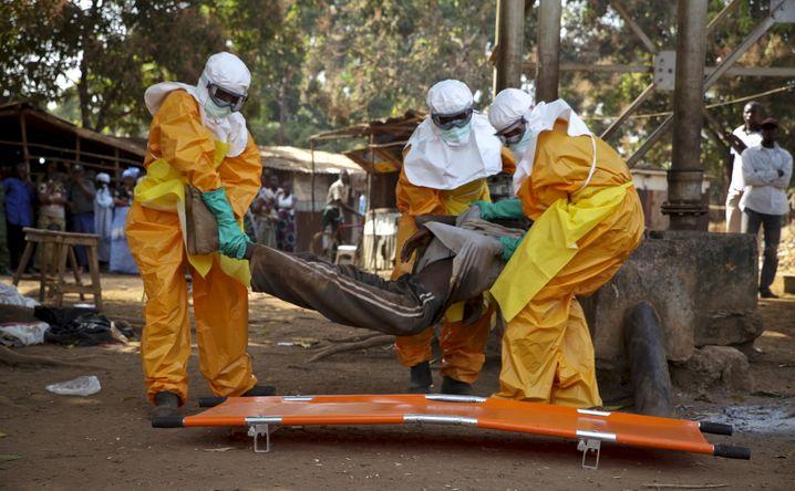 Mitarbeiter des französischen Roten Kreuzes während der heftigen Ebola-Epidemie 2015