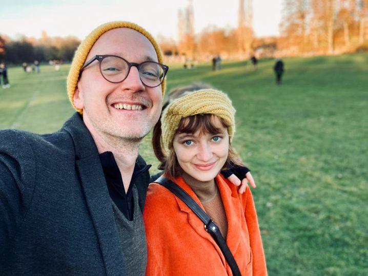 Sophia Bollinger mit ihrem Vater Daniel: »Ich sehne mich immer noch danach, dass wir alle zusammen Weihnachten feiern«