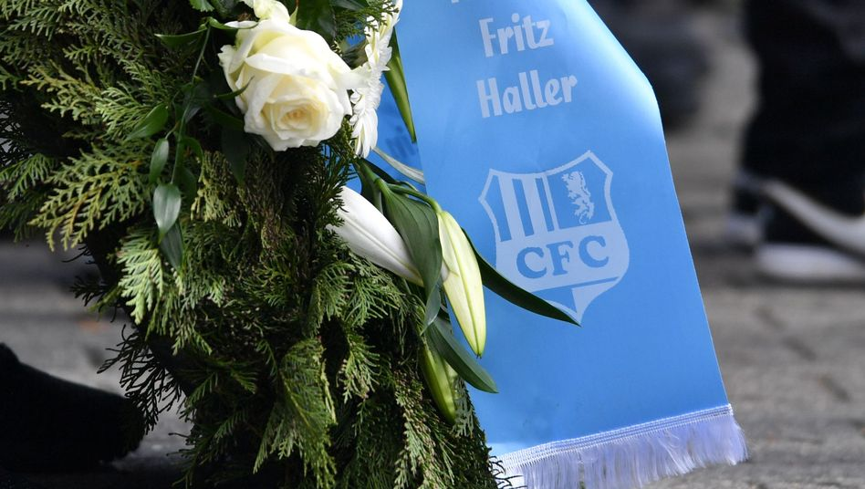 Trauergedeck mit dem Logo des Chemnitzer FC bei der Beerdigung von Thomas Haller