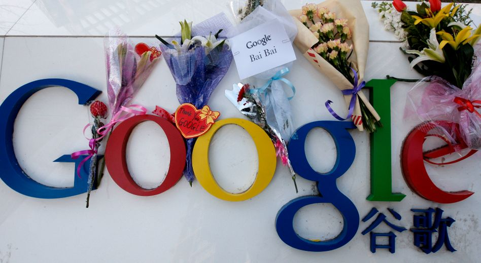 Supporters of Google's announcement that it would cease censoring its Chinese search engine placed flowers at the company's China headquarters in Beijing on Wednesday.