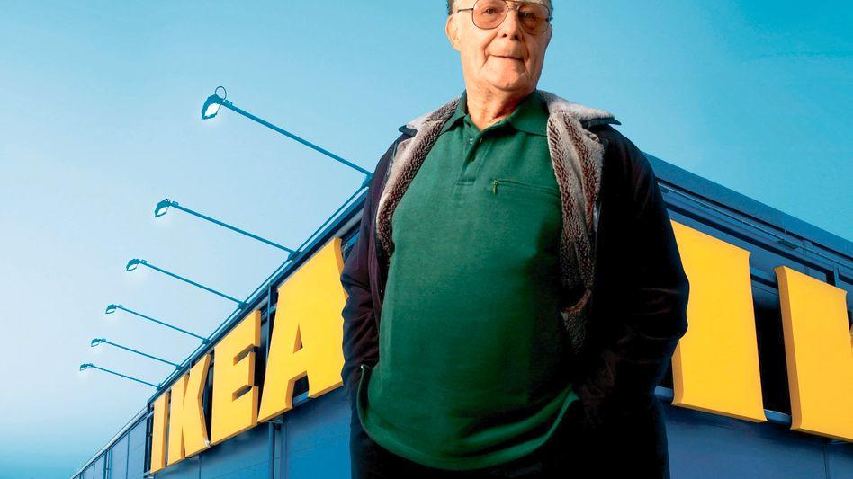 Ingvar Kamprad vor einer Filiale (Archiv): Der Ikea-Milliardär kehrte 2013 zurück in seine Heimat Schweden
