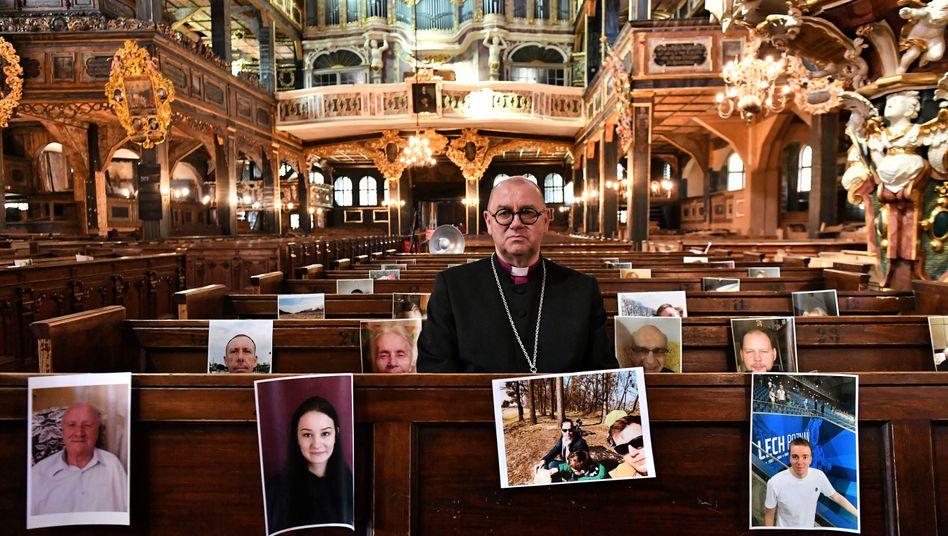 Kirche in Polen: Der Priester Waldemar Pytel feiert trotzdem mit seiner Gemeinde - wenn auch ganz anders