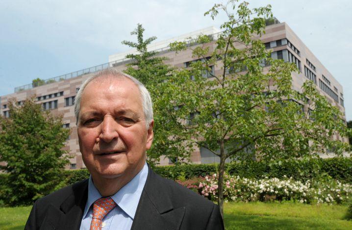 """Gründungsdirektor des """"Institute for Advanced Sustainability Studies"""": Klaus Töpfer steht vor der Kleist-Villa in Potsdam, wo bald bis zu 50 Spitzenforscher leben und arbeiten sollen"""