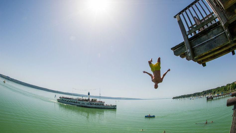Kopfsprung in den Ammersee: Nur wenn das Wasser tief genug ist, besteht kaum Gefahr