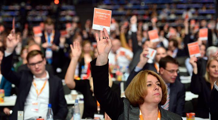 CDU-Delegierte bei der Abstimmung: Beim Geld war Schluss mit der Harmonie