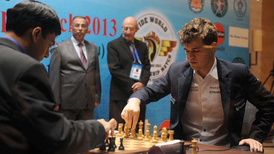Anand (l.), Carlsen: Am Montag folgt Partie Nummer sieben