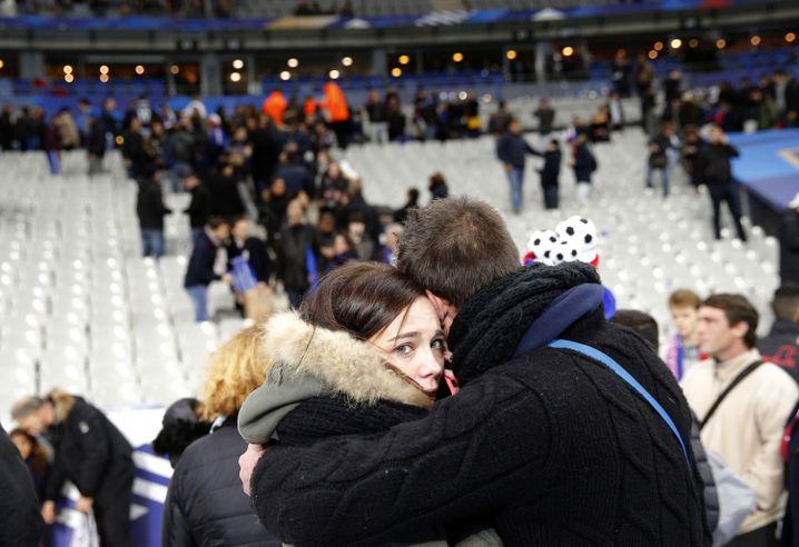 Im Stade de France: Fans trösten einander