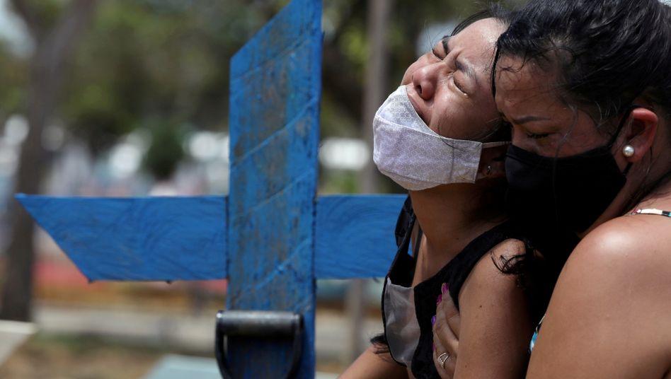 Trauernde Angehörige auf einem Friedhof in Manaus: Studie zur Herdenimmunität suggerierte falsche Sicherheit – mit fatalen Folgen