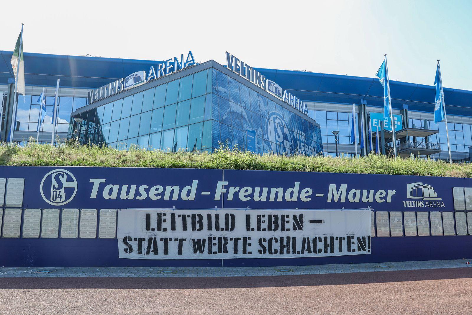 23.06.2020, Fussball, 1. Bundesliga, Saison 2019/2020, Protestaktion der Fans gegen den Aufsichtsratsvorsitzenden Cleme