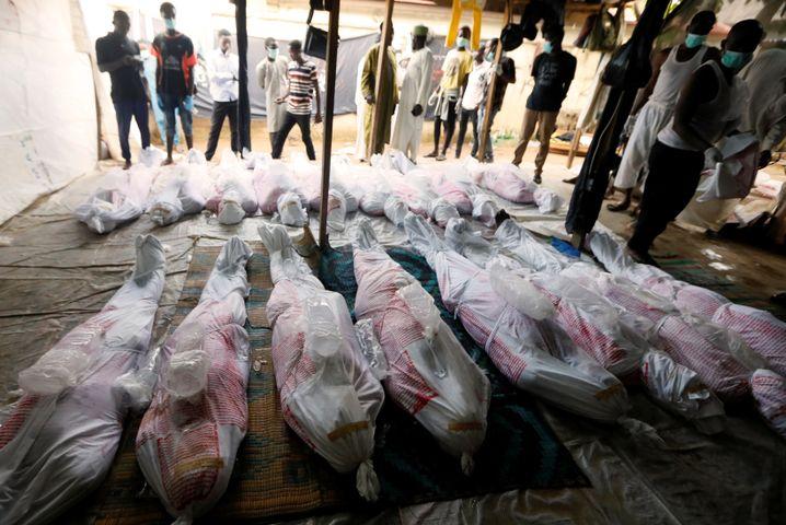 Schiitische Nigerianer bereiten getötete Mitglieder ihrer Glaubensgemeinschaft für eine Beerdigung vor