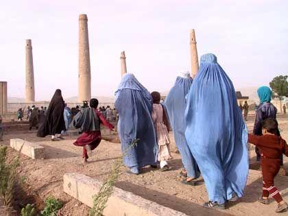 """Frauen in Herat auf dem Weg zur Moschee: """"Wir müssen uns mit Kabul gut stellen"""""""