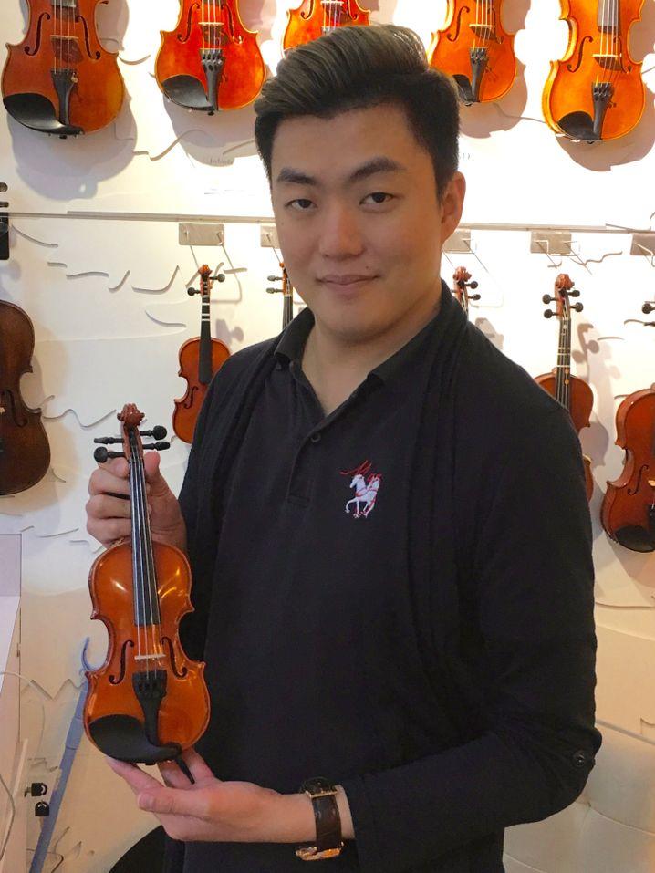 Die Musikschule Mandeville führt schon Zweieinhalbjährige an klassische Musik heran - mit entsprechend winzigen Instrumenten