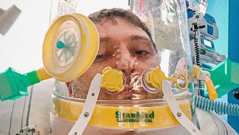 Patient Simic mit Beatmungshelm:Er betet, zum ersten Mal seit Langem