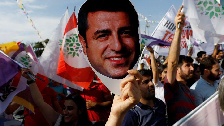 Plakat von Selahattin Demirtas auf einer Demonstration in Ankara (Archivbild)