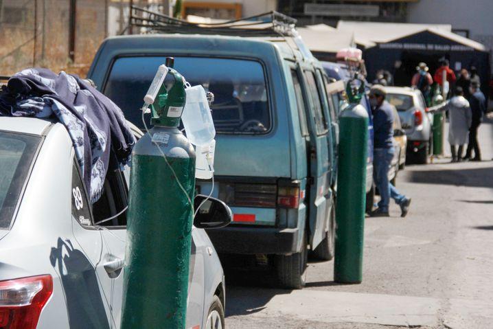 Auto statt Krankenhaus: Patienten werden vor dem Honorio Delgado Regional Krankenhaus in Ariquipa mit Sauerstoff versorgt