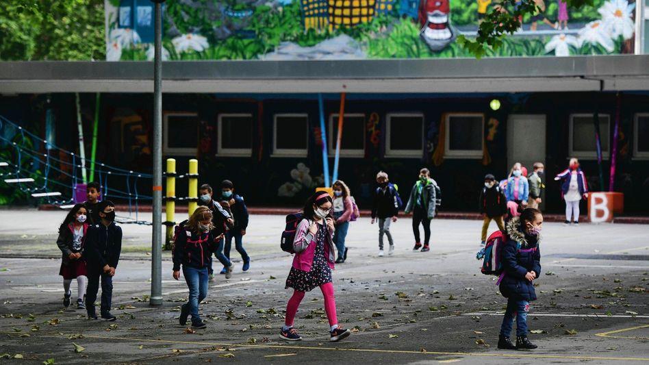 Schulöffnung: Am Montag begann für die Schüler der Petri-Grundschule in Dortmund wieder der regu läre Unterricht. Abstandsregeln gelten in NordrheinWestfalen für Schüler der ersten vier Klassen nicht.