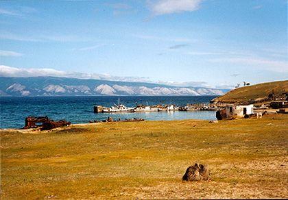 """Blick von der Insel Olchon auf das """"Kleine Meer"""" und das Festland mit der charakteristischen Küstenlandschaft"""