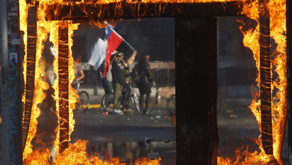 Demonstranten mit chilenischer Flagge am 21. Oktober in Santiago