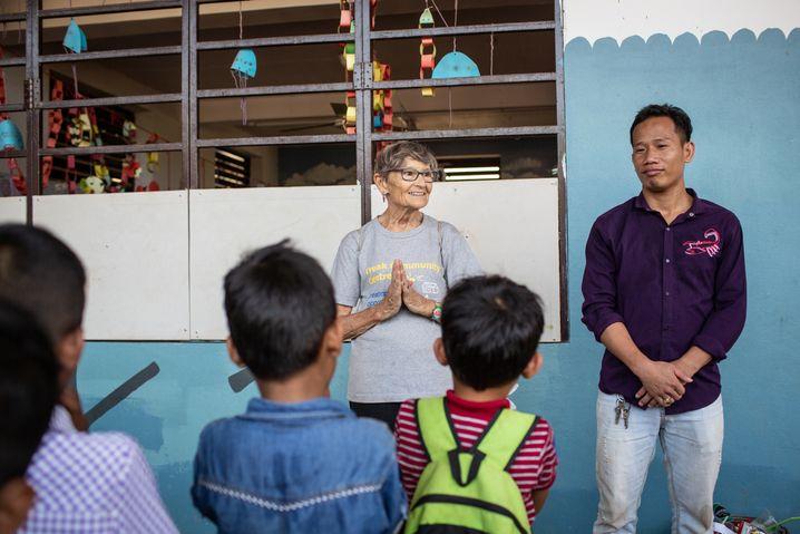 """Marilynn Geiger, 82 Jahre alt, Ehrenamtliche im """"Teak Community Centre"""" in Siem Reap"""