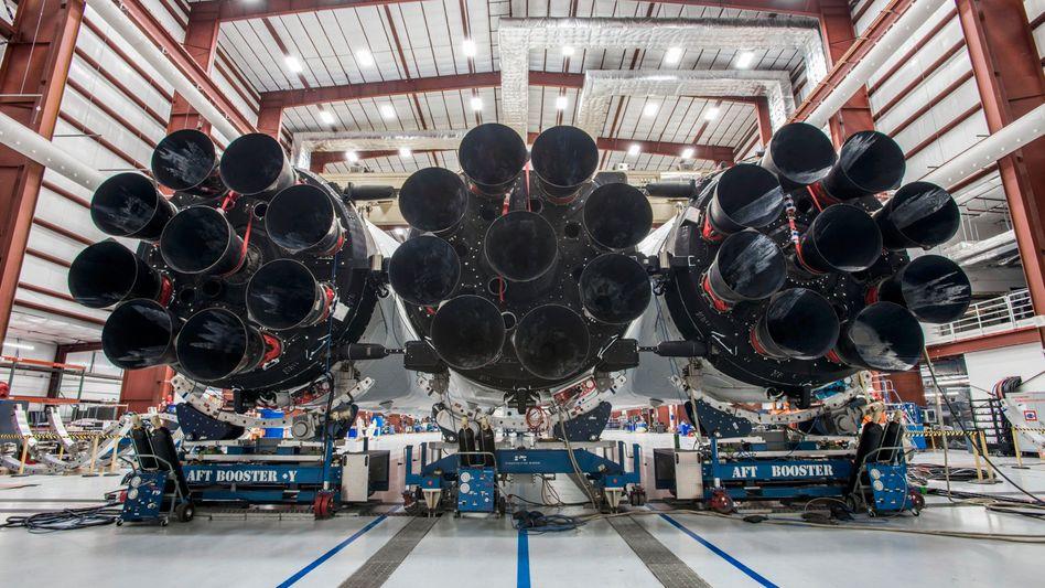 """Rakete """"Falcon Heavy"""" im Hangar von Cape Canaveral: Space Oddity dudeln und Kurs auf Mars nehmen"""