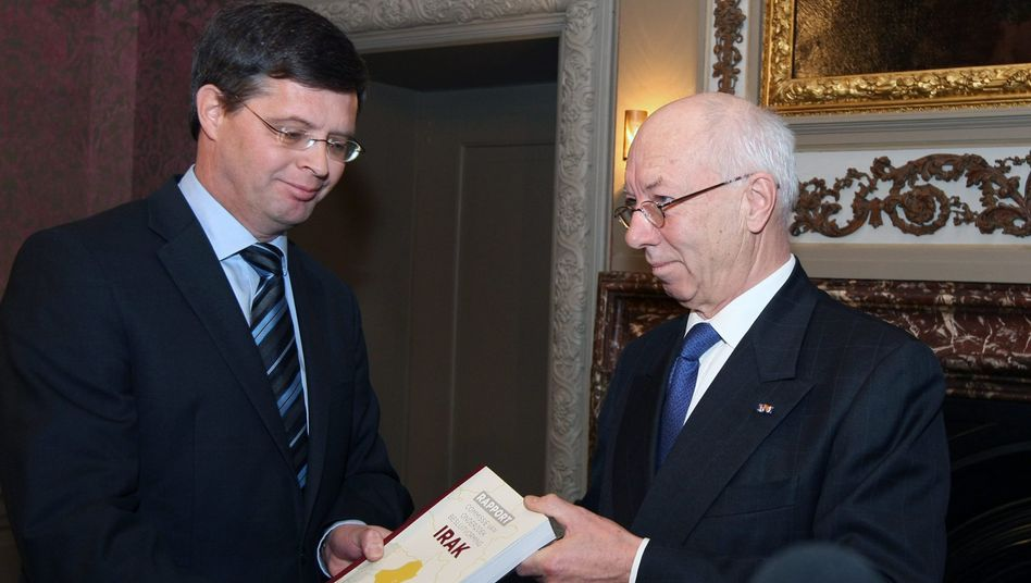 Willibrord Davids, a former president of the Dutch Supreme Court, presents the Iraq report to Prime Minister Jan-Peter Balkenende on Tuesday.