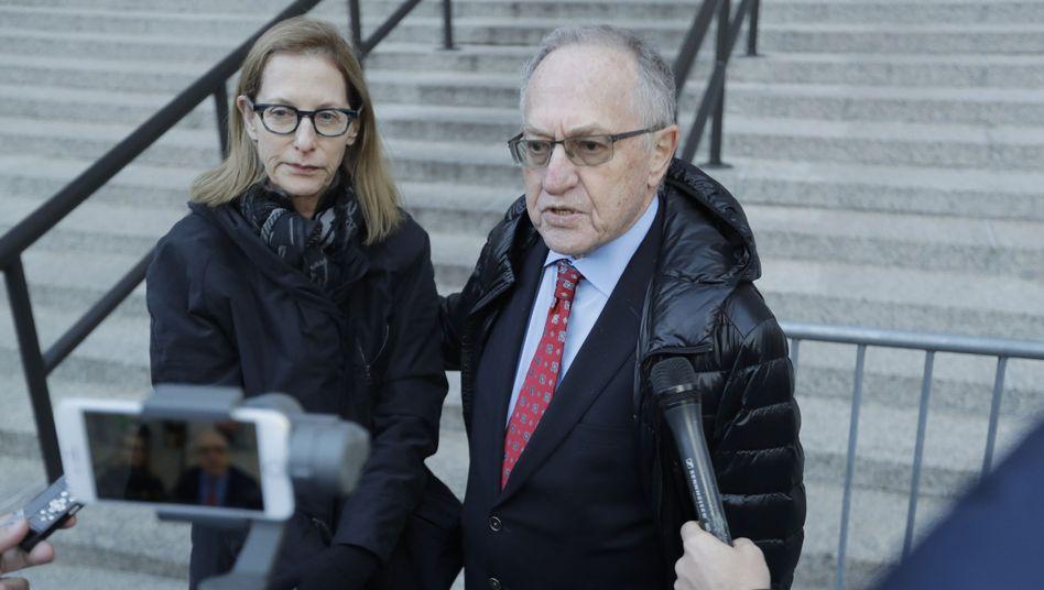 """Trumps Anwalt Dershowitz mit Ehefrau Carolyn Cohen: Das historische Verfahren beginnt, """"meine Frau war dagegen""""."""