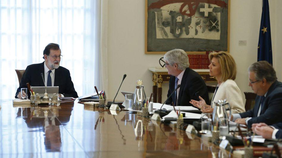 Der spanische Ministerpräsident Mariano Rajoy (l.) leitet am Samstag eine Kabinettssitzung in Madrid