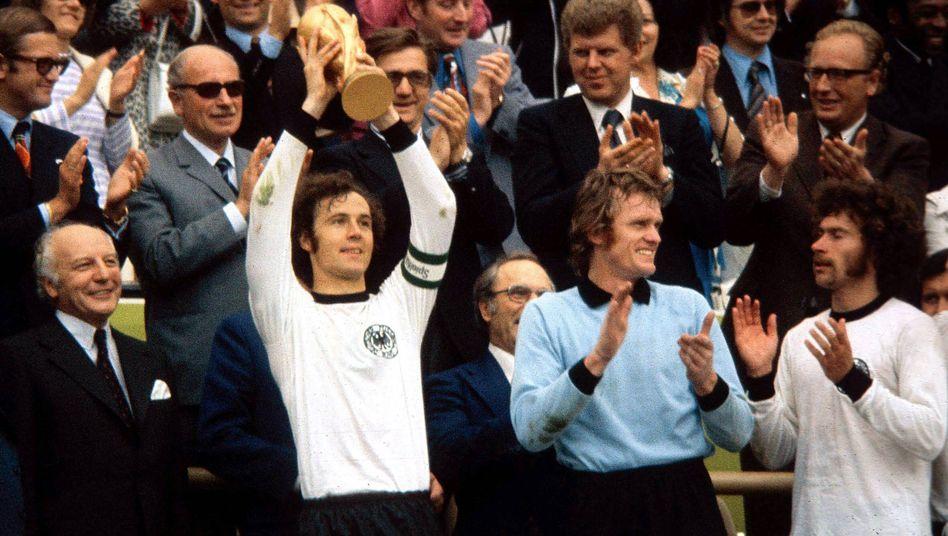 Beckenbauer mit WM-Pokal 1974: Weltmeister im eigenen Land