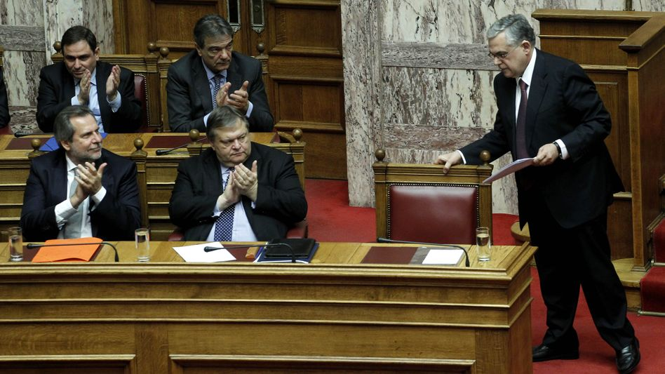 """Regierungschef Papademos (rechts), Minister im Parlament: """"Griechenland wird hungern"""""""