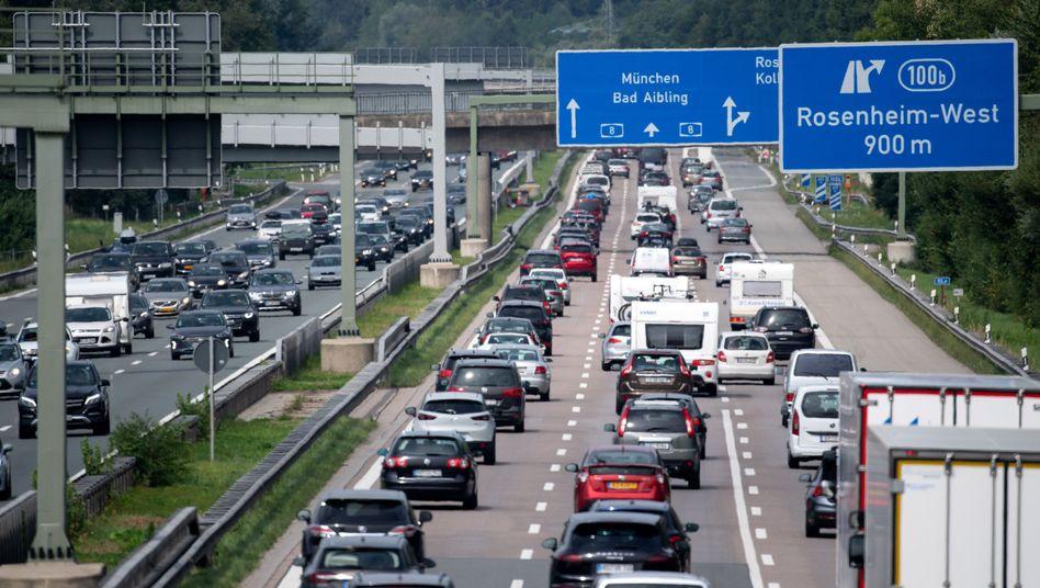 Dichter Verkehr wie hier auf der A8 herrschte in vielen Teilen des Landes