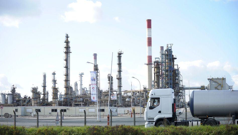 Total-Raffinerie bei Paris: Haltung der Wirtschaft weicht von Politik ab