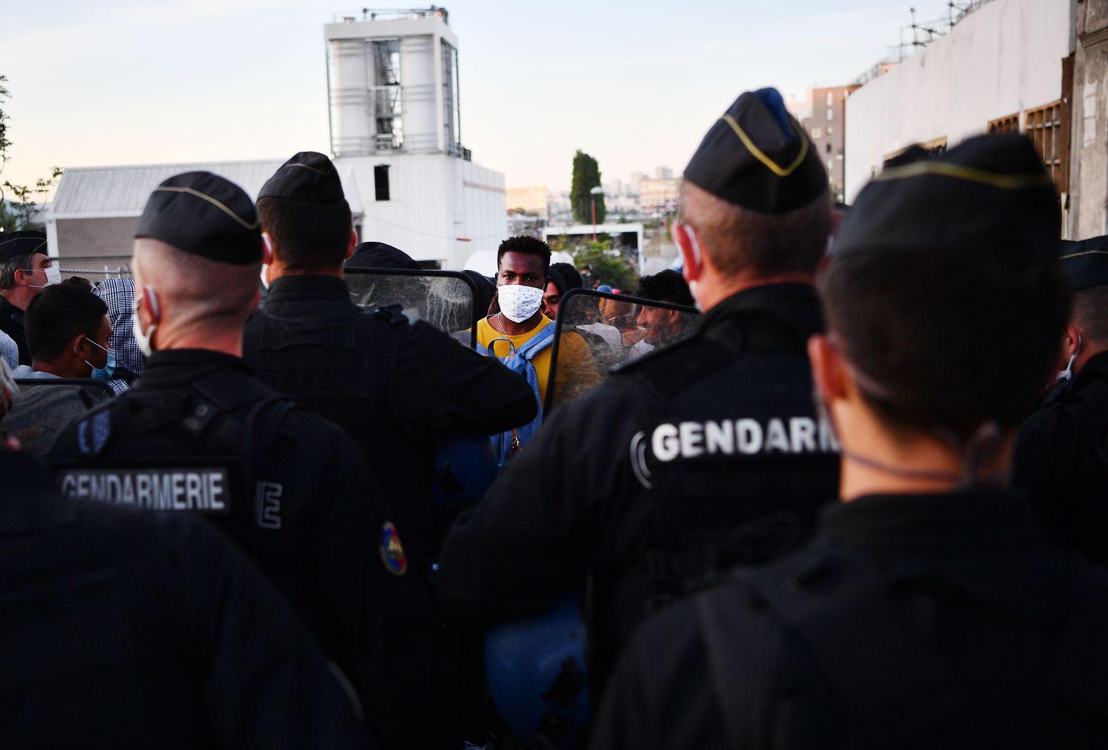 TOPSHOT-FRANCE-EUROPE-MIGRANTS-EVACUATION