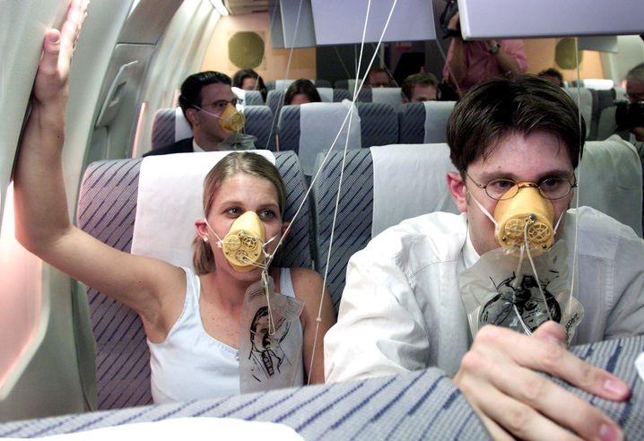 """Sauerstoffmasken: """"Drücken Sie die Stewardess fest auf Mund und Nase"""""""