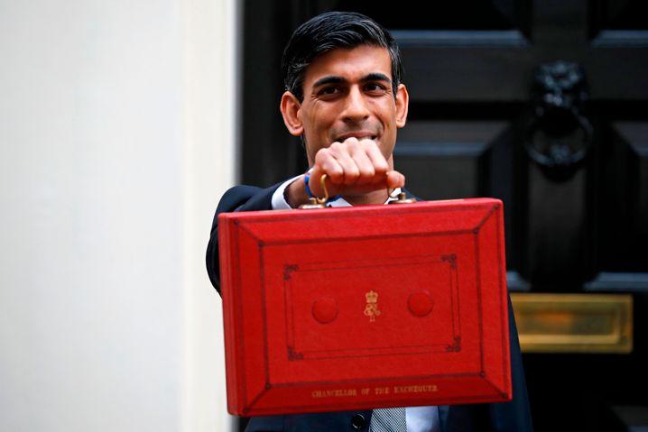 """Sunak mit der roten """"Budget Box"""": In dem Ledercase befindet sich traditionell das Manuskript zur Haushaltsrede des Finanzministers"""