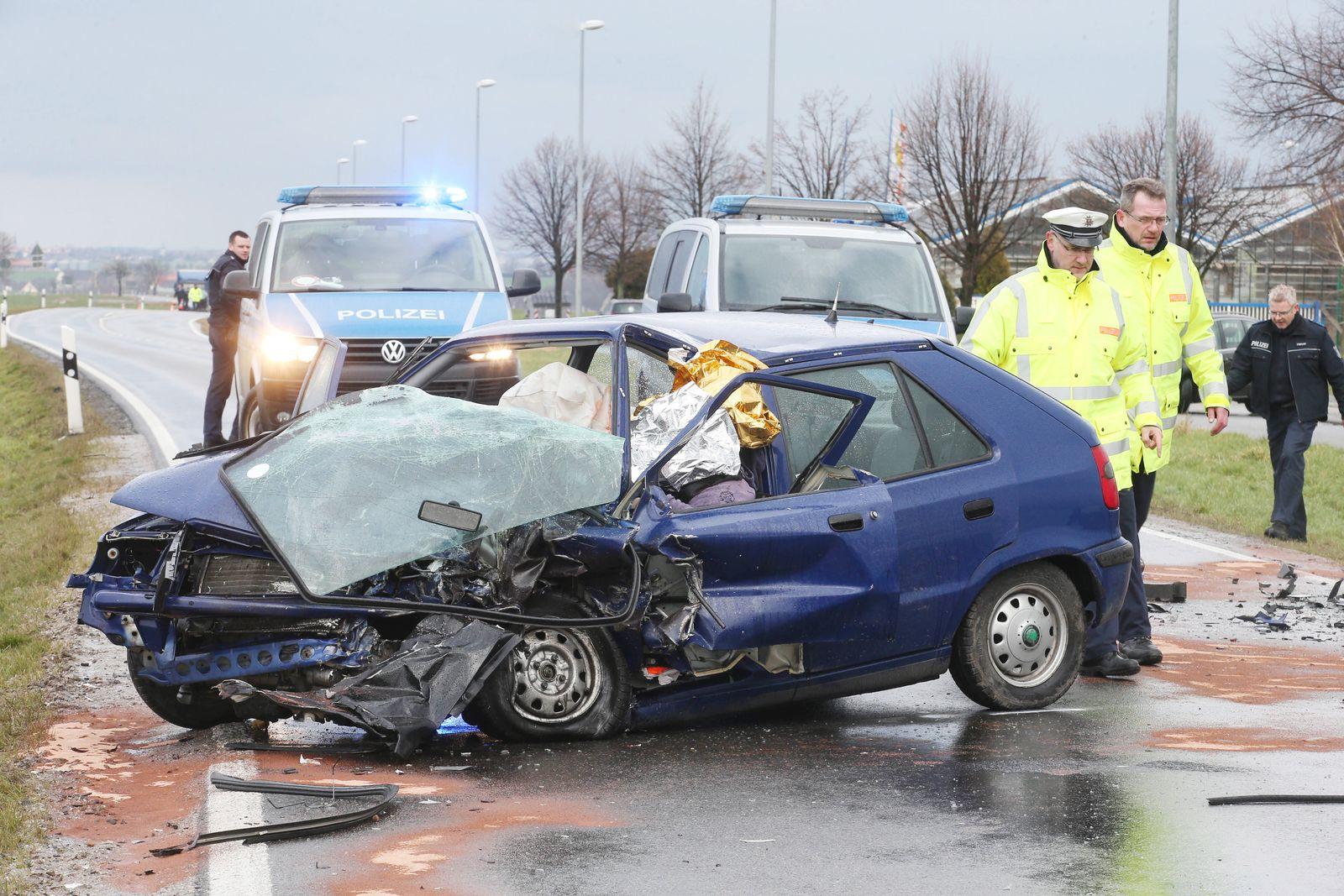 Tödlicher Verkehrsunfall auf der Landstraße