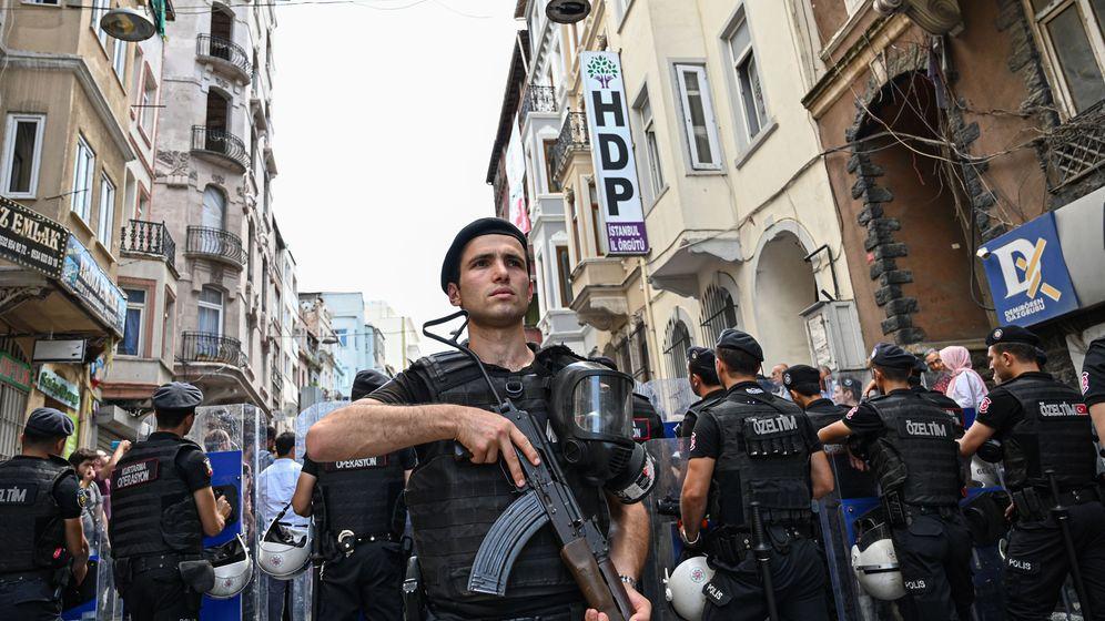 HDP-Bürgermeister abgesetzt: Polizeiaufmarsch hier, Anti-Erdogan-Protest dort