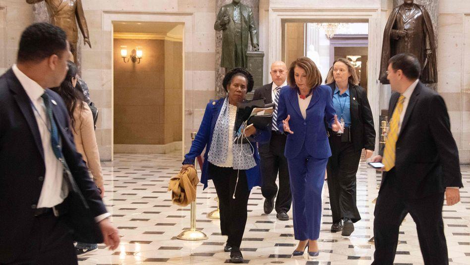 Nancy Pelosi (M.), Sprecherin des US-Repräsentantenhauses, mit der Abgeordneten Sheila Jackson Lee kurz vor der Abstimmung
