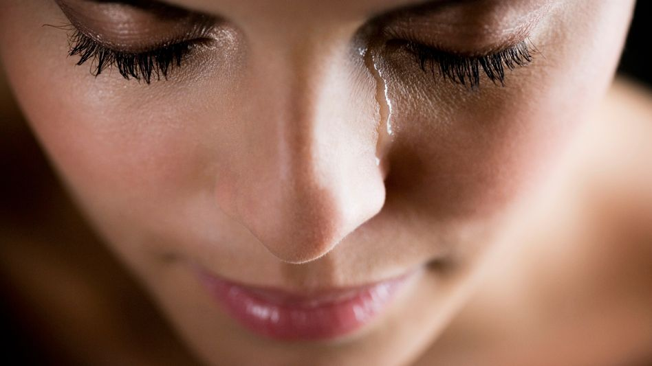 Weinende Frau: Depressive überfällt manchmal ohne erkennbaren Grund Traurigkeit