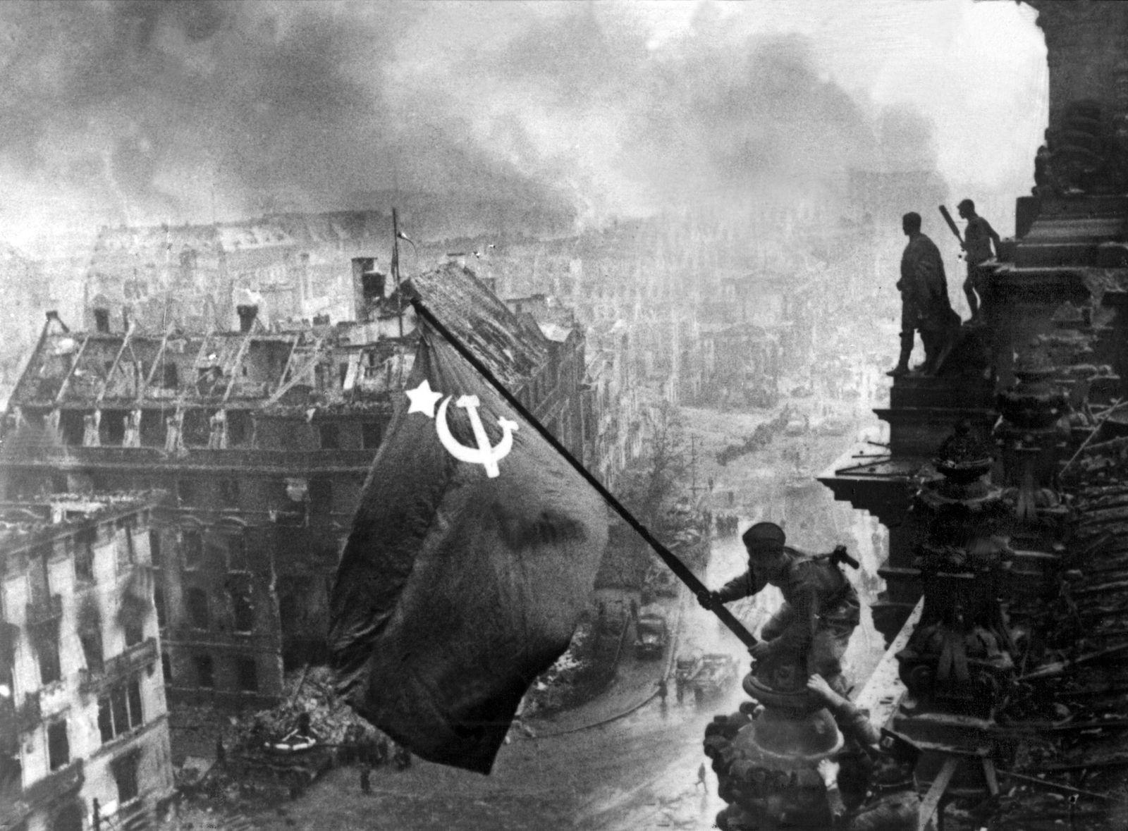 Ende Zweiter Weltkrieg - Sowjet-Flagge auf Reichstag