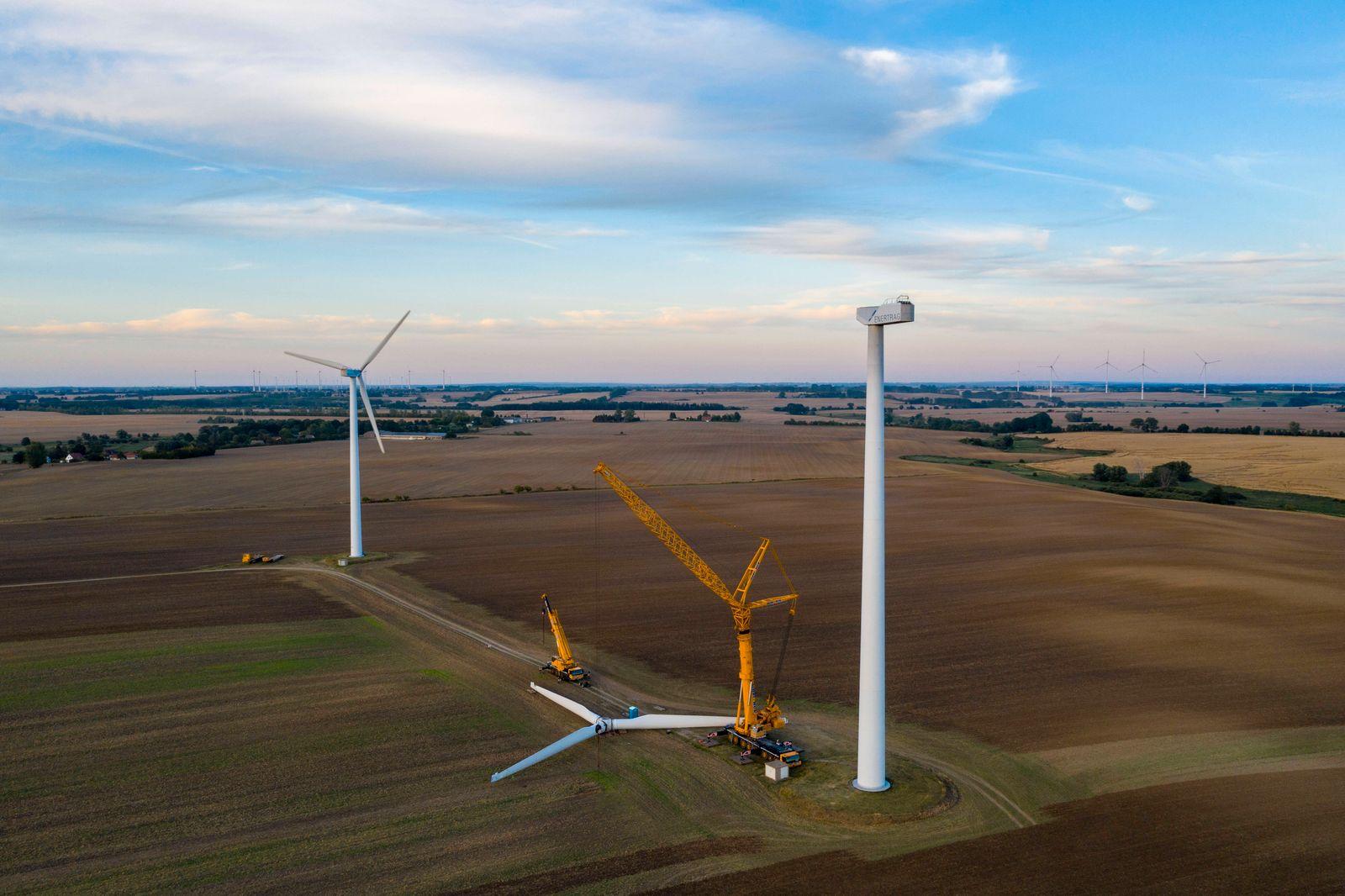 Deutschland, Uckermark, Landschaft mit demontierter Windkraftanlage, 01.08.2020 *** Germany, Uckermark, landscape with d
