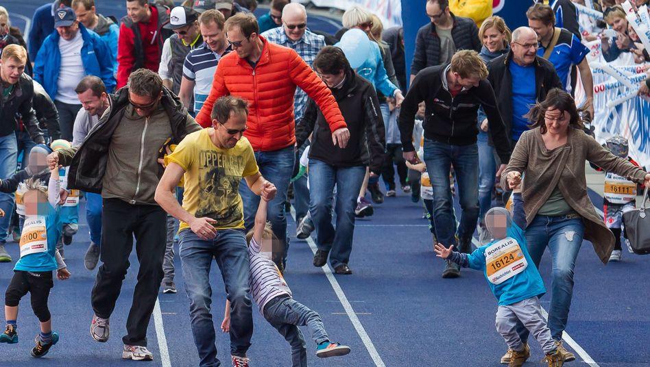 Zieleinlauf mit Kindern beim Linzer Marathon