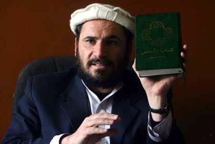 Gefährlicher Prozess: Ansarullah Mawlavezada, Richter am Obersten Gerichtshof Afghanistans, hält im Verfahren gegen Rahman eine Bibel hoch.