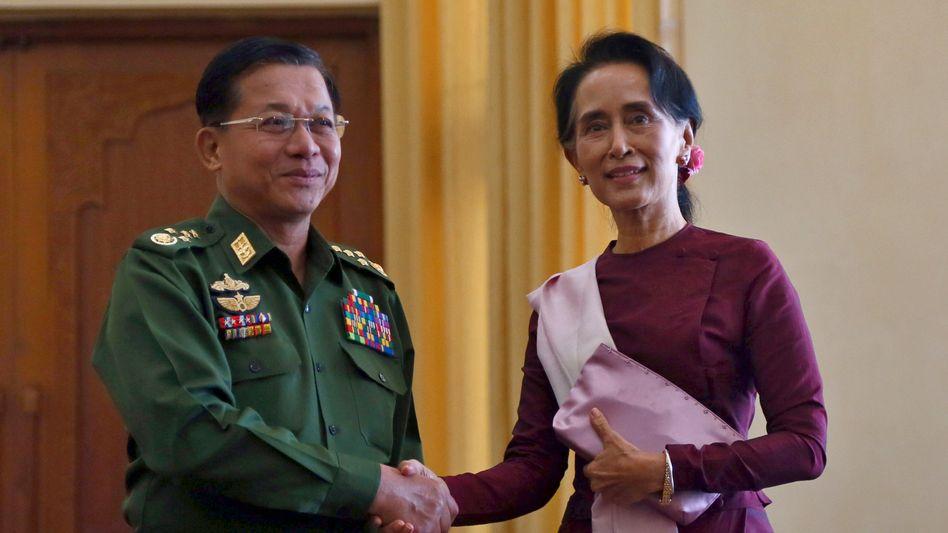 Min Aung Hlaing und Aung San Suu Kyi (Archivbild von 2015)