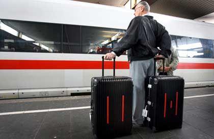 Ein Reisender vor einem ICE: Börsengang der Bahn noch nicht sicher
