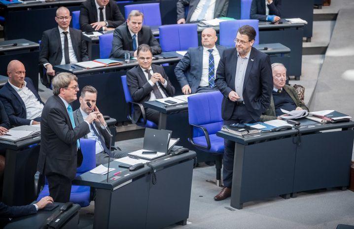 AfD-Politiker Brandner (rechts, stehend) im Bundestag