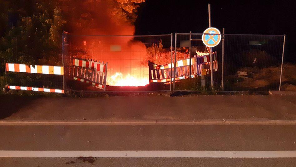 Starkstromkabel brennen in einer Baugrube in München. Die Polizei ermittelt wegen Brandstiftung
